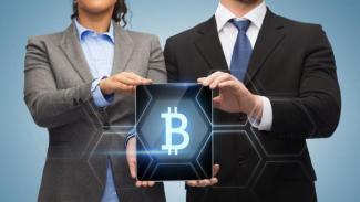tenendo il logo bitcoin