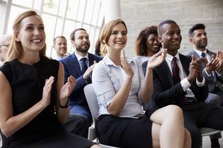persone che applaudono al congresso